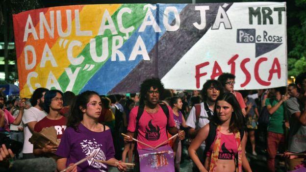 ผู้คนออกมาประท้วงในบราซิล หลังผู้พิพากษาอนุญาตให้นักจิตวิทยาวิจัยเกี่ยวกับสิ่งที่เรียกว่า 'การบำบัดเปลี่ยนเกย์' ในเดือน ธ.ค. 2017