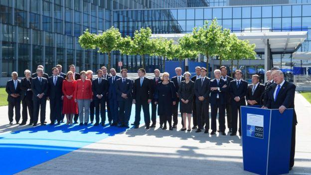 Trump dando el discurso ante los líderes de los países de la OTAN.