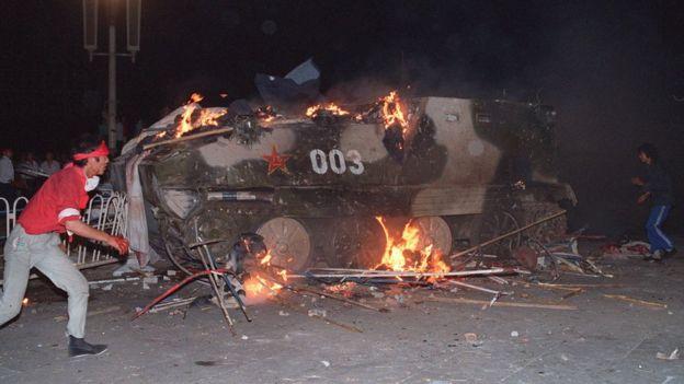 6月4日天安门广场附近,一辆装甲运兵车着火