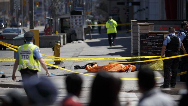 Varios testigos les dijeron a la BBC y a otros medios que vieron cuerpos cubiertos con lonas en el lugar.