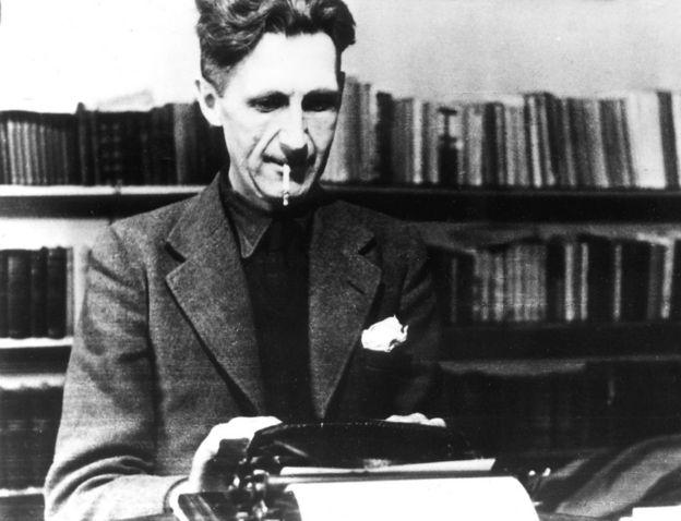 George Orwell con su máquina de escribir