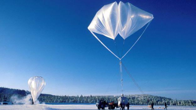 balões lançados para coletar amostras de poluentes