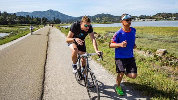 مات ديكسون (إلى اليسار) يدرب الرياضي ووكيل العقارات آمبي بوو، في سان فرانسيسكو
