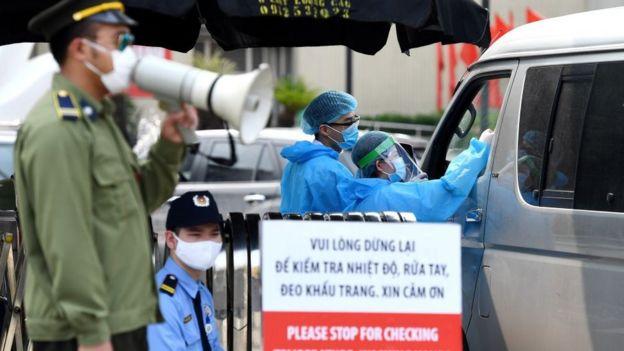 Quang cảnh trước cửa Bệnh viện Bạch Mai