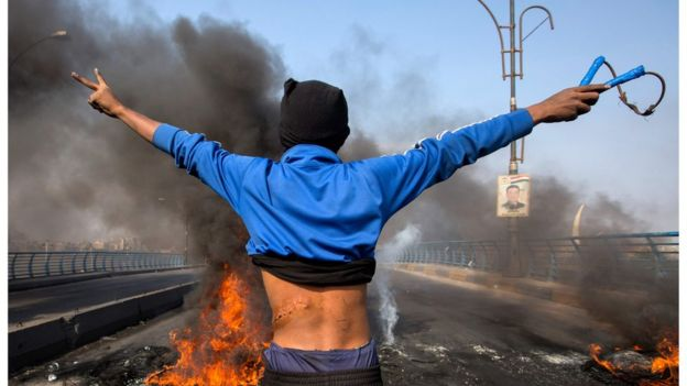 متظاهر يشارك في إغلاق طريق بمدينة البصرة