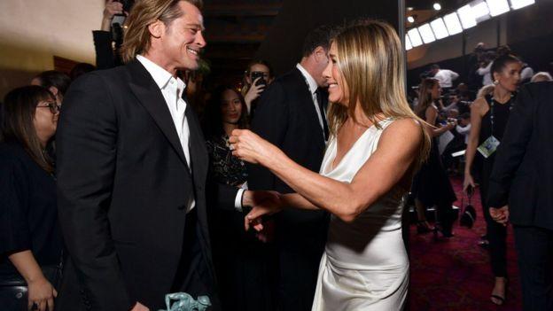 Brad Pitt y Jennifer Aniston, ambos ganadores en los SAG de este año, se felicitaron tras bambalinas.