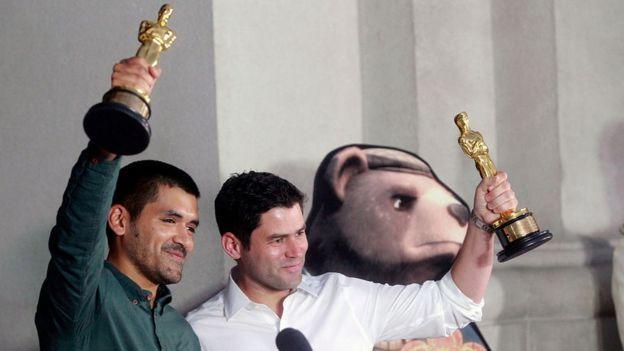 Gabriel Osorio (izquierda) y Patricio Escala alzan sus estatuillas del Oscar tras haber ganado en la categoría de Mejor cortometraje animado.