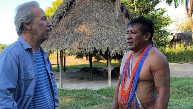 Pesquisador Mark Plotkin com um membro da tribo Sikiy