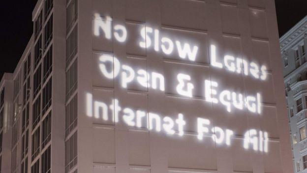 """""""No a las vías lentas. Internet abierto e igualitario para todos"""", decía este mensaje proyectado en un edificio de Washington DC el 7 de diciembre."""