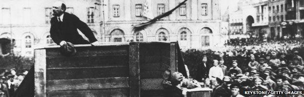 Trong hình bị tẩy xóa, Lenin đứng một mình, không còn Trotsky