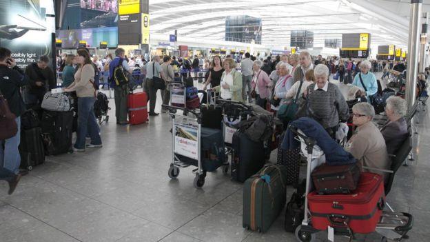 Gente esperando en el aeropuerto durante la erupción del volcán islandés Eyjafjallajokull en 2010.