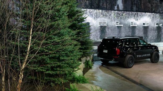 """2020 Kia Telluride проїхав по """"бездоріжжю"""" на автовиставці"""