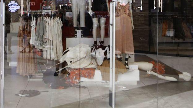 Ropa y maniquís derribados en una tienda H&M de Johannesburgo