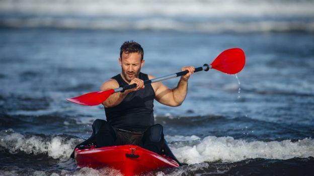 Hombre en kayak
