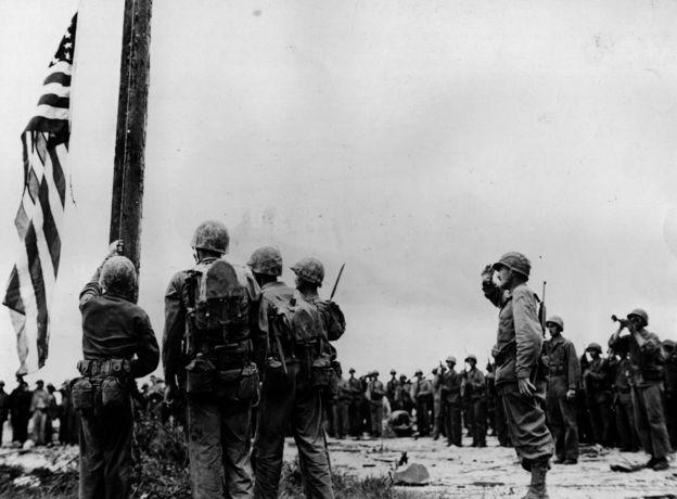 Vuelve la bandera de EE.UU. a Guam en 1944.