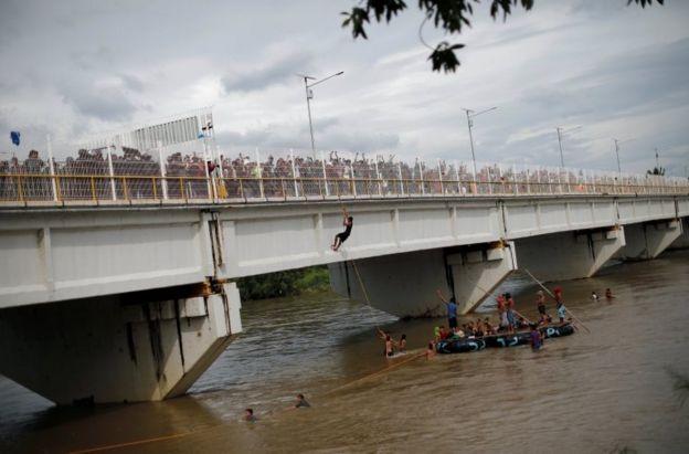Los migrantes abarrotaron el puente que sirve de frontera.