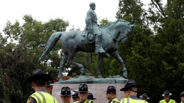 Los manifestantes protestan en contra de la remoción de la estatua del general confederado Robert E. Lee.