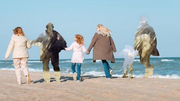 Pessoas de uma família de mãos dadas