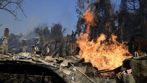 Incêndio consome edificação em Los Angeles