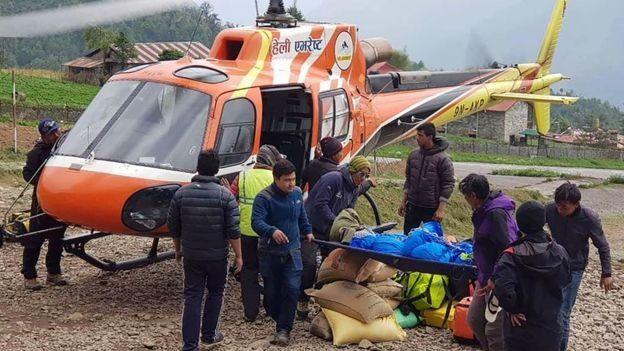 Rescatistas retiran restos de un montañista en un helicóptero