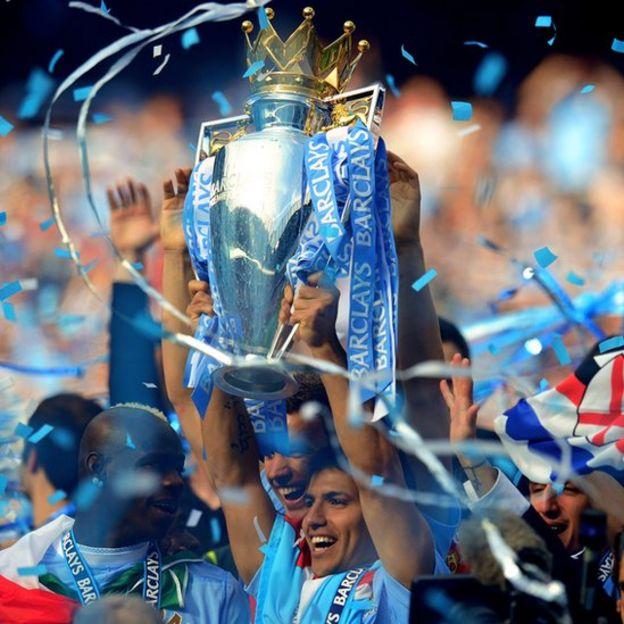 El argentino Sergio Agüero con el trofeo de la Liga Premier.