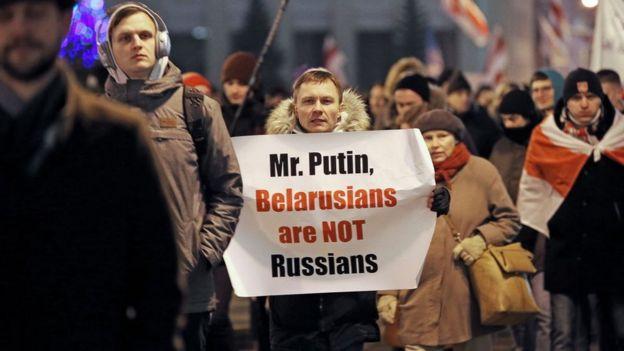 """""""Señor Putin, los bielorrusos no somos rusos"""", se lee en la pancarta de un manifestante de la protesta del 20 de diciembre."""