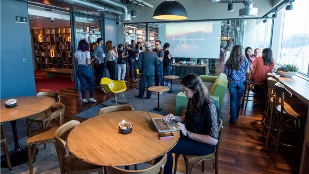 Imagem mostra homens e mulheres em uma das salas do Centro de Engenharia do Google em Belo Horizonte