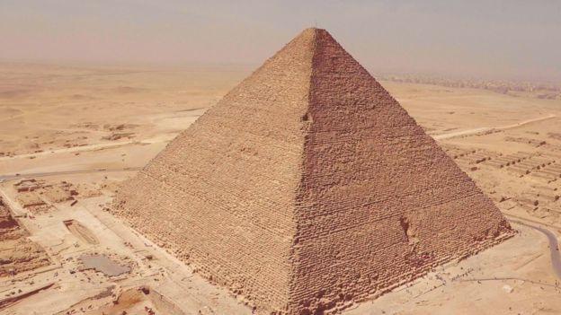 Kim tự tháp Kheops là Kim tự tháp lớn nhất còn lại cho đến nay, được xây dựng cách đây hơn 4500 năm.