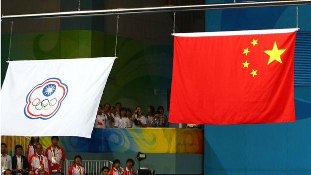 2008年北京奧運會上代表台灣和中國的旗幟。