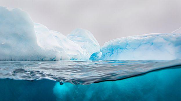 Iceberg de tonos azules