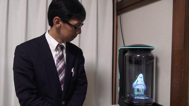 Kondo posa al lado de su holograma