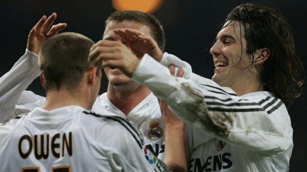 Solari celebra con Michael Owen y David Beckham.