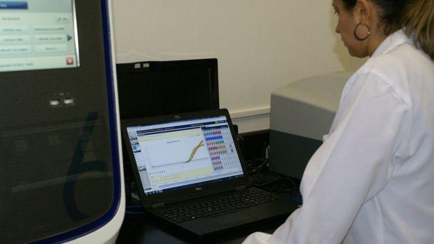 Profissional faz um teste farmacogenético usando um computador, em um laboratório na USP