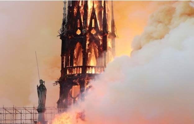 巴黎圣母院大教堂尖塔被焚毁。