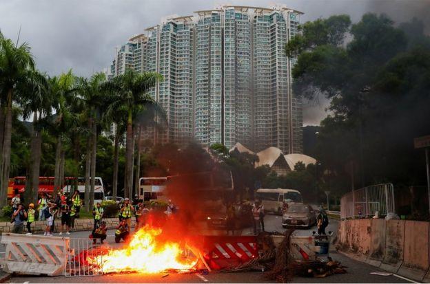 有示威者在东涌赤鱲角南路一个回旋处设置路障并点火。