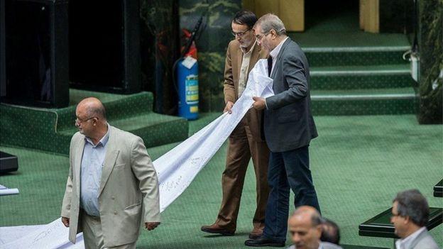 جواد کریمی قدوسی و نادر قاضی پور از نمایندگان مجلس دهم از جمله نمایندگانی هستند که طومار علیه کنوانسیون مقابله با تامین مالی تروریسم در صحن مجلس نمایش دادند