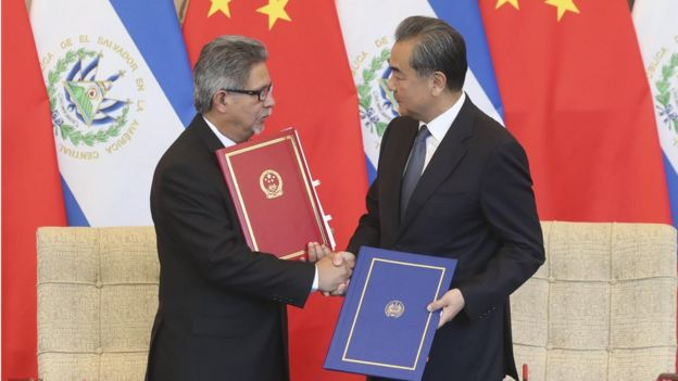 Chinese State Councilor and Foreign Minister Wang Yi (R) and and EL Salvador Foreign Minister Carlos Castaneda shake hands after signing a joint communique on the establishment of diplomatic relations between El Salvador and China at the Diaoyutai State Guesthouse on August 21, 2018 in Beijing, China.