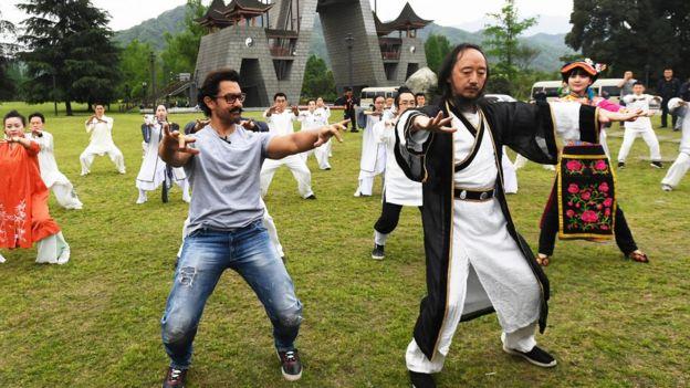 印度国宝级影星阿米尔·汗来到四川成都,开启了他体验中国四川行成都站的系列活动。图为阿米尔·汗学打青城太极拳。