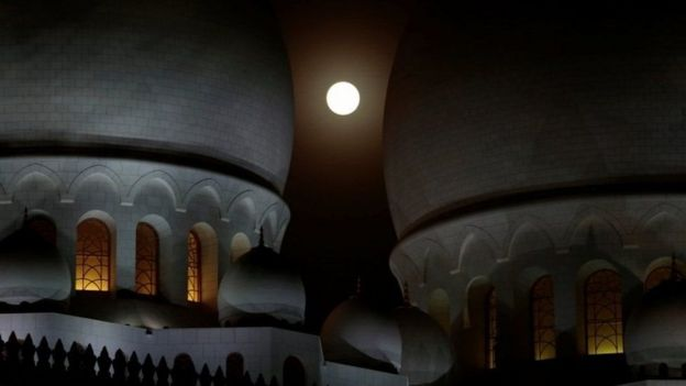 La luna entre los minaretes de una mezquita de Abu Dabi.