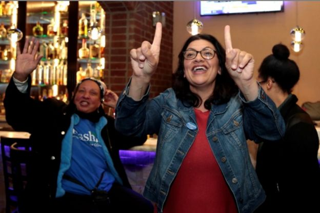 Rashida Tlaib merayakan kemenangannya bersama keluarganya di Detroit, Michigan, AS.