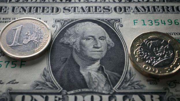 Nota de dólar e moeda de euro