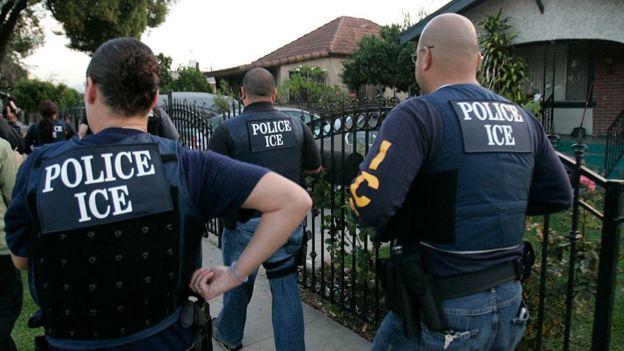 Parte de la estrategia de ICE ha sido realizar arrestos en comunidades residenciales.