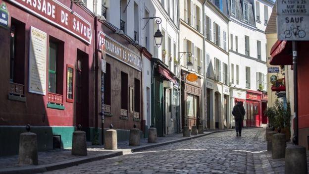 Calle desierta de París.