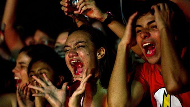 k-fans brasileños escuchando al grupo Beast en 2011