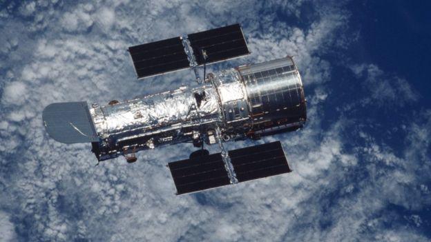 Telescopio Espacial Hubble sobre nubes