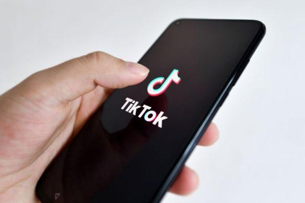 شعار تيك توك يظهر على شاشة هاتف جوال