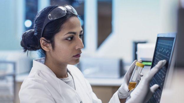 Trabajadora en laboratorio