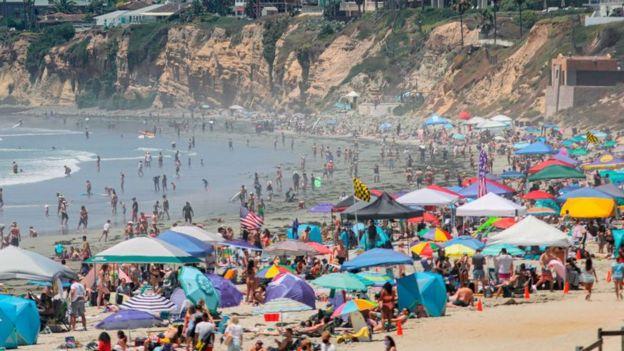 Playa en California el 4 de julio de 2020