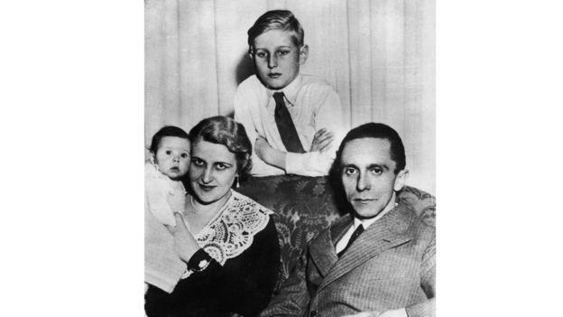 O político nazista alemão e ministro da propaganda (1897-1945), sua mulher Magda, sua primeira filha Helga Susanne e o filho do primeiro casamento de Magda