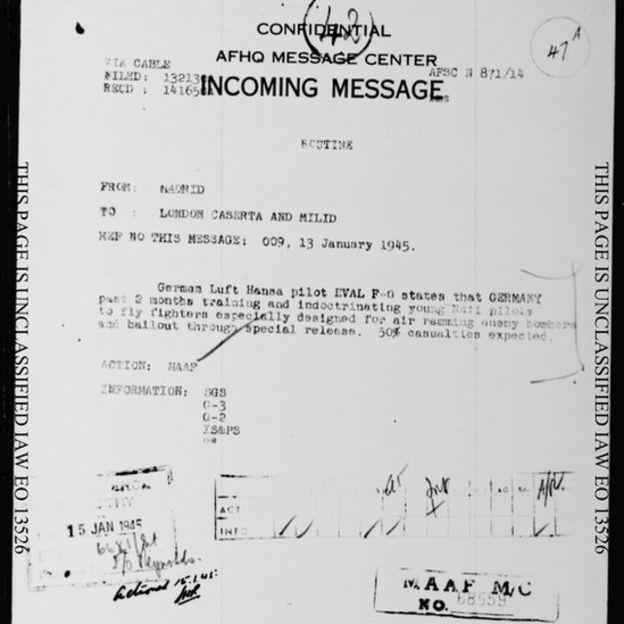 'Um piloto alemão da Lufthansa afirma que a Alemanha estava treinando e doutrinando nos últimos dois meses jovens pilotos nazistas para voar aviões especialmente designados para colisão aérea com bombardeiros inimigos e escapar por uma saída especial. 50% de baixas esperadas', diz documento de 1945